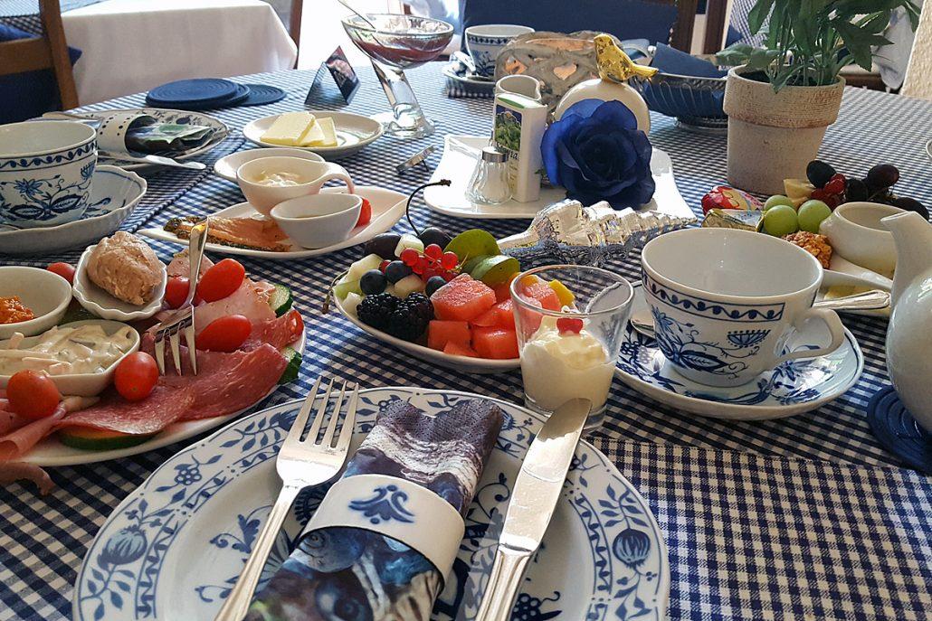 Frisches, vielfältiges und liebevolles Bio-Frühstück in der Hotel-Pension am Rüdesheimer Platz. Foto: Birgit Biere