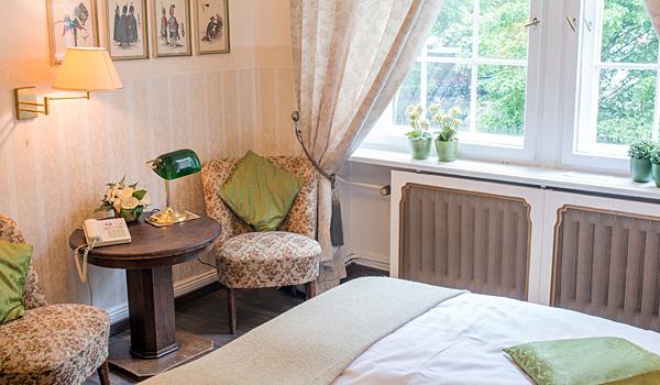 Hotel-Pension am Rüdesheimer Platz, Berlin: Doppelzimmer grün mit Sessel. Fotograf: William Götz