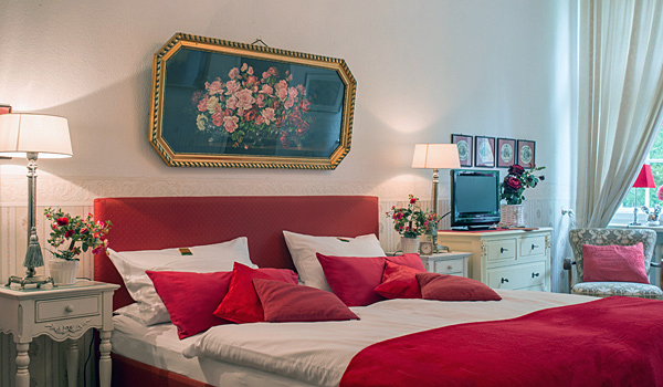 Hotel-Pension am Rüdesheimer Platz, Berlin: Dreibettzimmer rot. Fotograf: William Götz