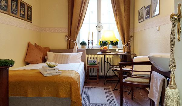 Hotel-Pension am Rüdesheimer Platz, Berlin: Einzelzimmer mit Waschtisch. Fotografin: Birgit Biere