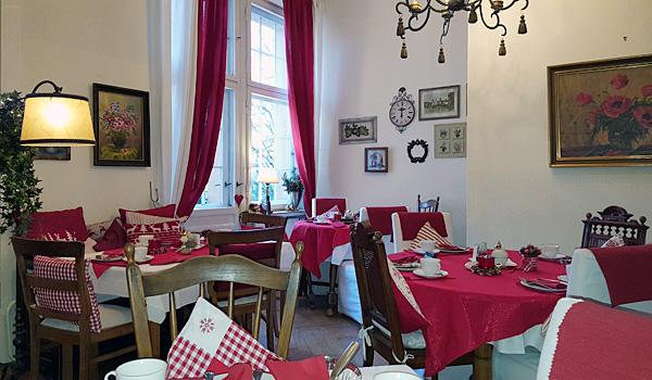 Hotel-Pension am Rüdesheimer Platz: Frühstücksraum mit Weihnachtsdekoration. Fotografin: Birgit Biere