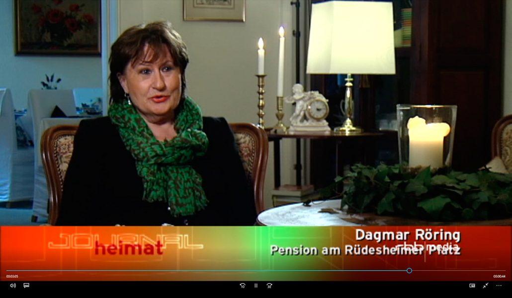 """rbb heimat JOURNAL: Beitrag vom 10.09.2011 """"100 Jahre Rüdesheimer Platz"""". Screenshot mit Interviewpartnerin Dagmar Röring in der Pension am Rüdesheimer Platz"""